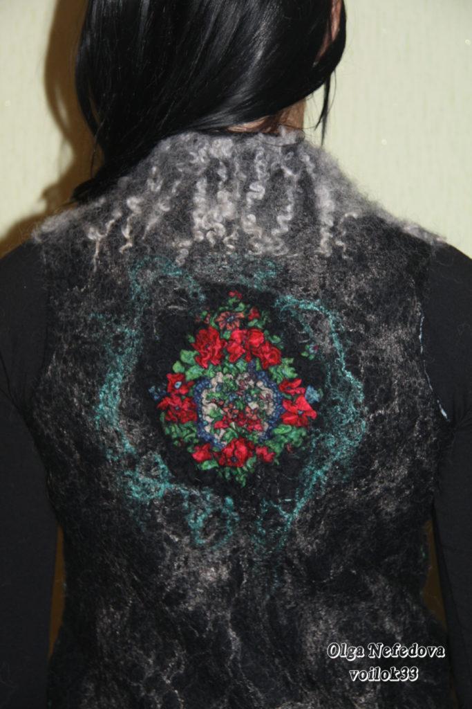 """Валяный черный шерстяной жилет """"Розы"""" с павловопосадским платком"""